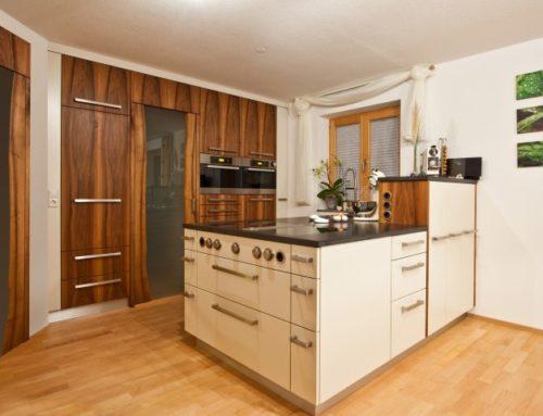 Küche in Nußbaum und weiß lackiert
