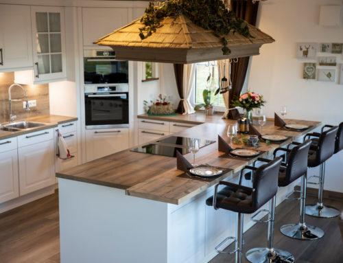 Landhausküche mit Halbinsel