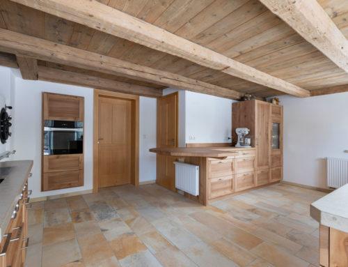 Rustikale Küche aus regionalen Materialien